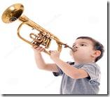 jonge-jongen-die-een-trompet-blazen-68091784